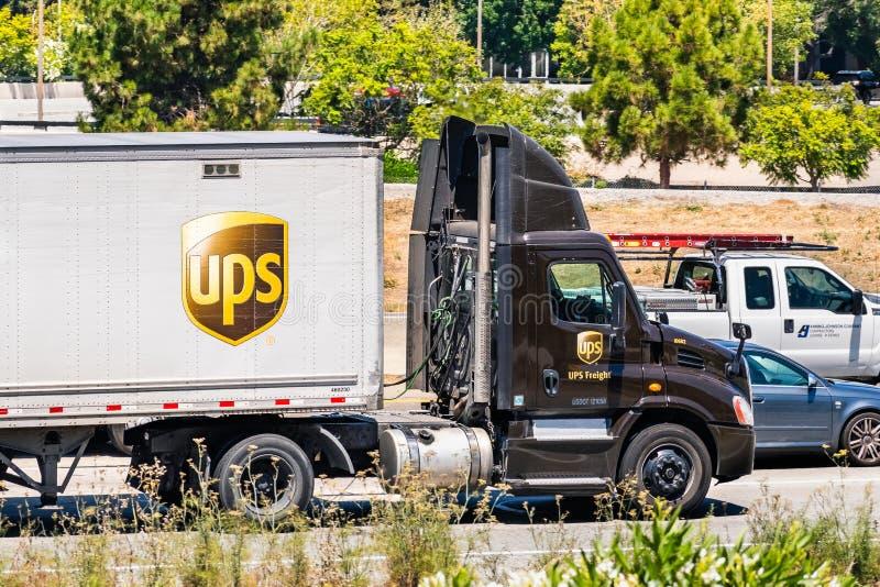 6-ое августа 2019 Santa Clara/CA/США - тележка UPS United Parcel Service управляя на скоростном шоссе в южной области San Francis стоковая фотография