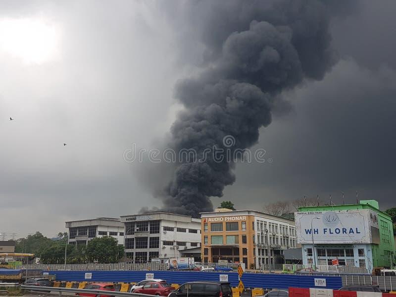 8-ое августа 2017, Sungai Buloh Selangor, Малайзия Огонь на районе фабрики стоковое изображение rf