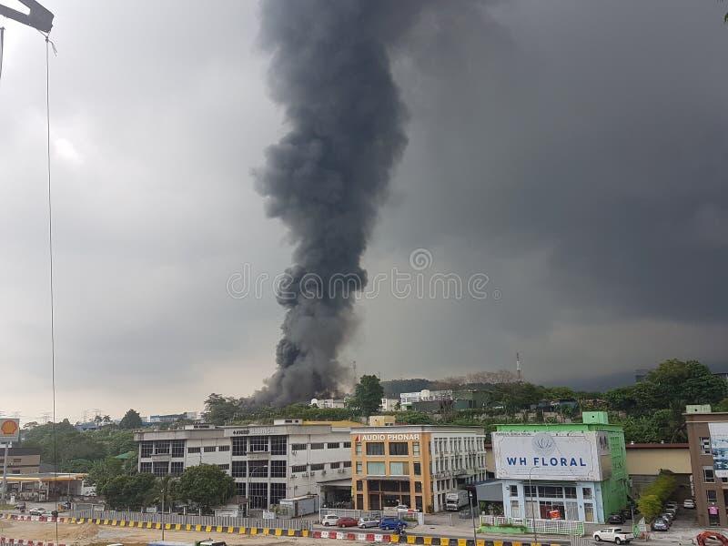 8-ое августа 2017, Sungai Buloh Selangor, Малайзия Огонь на районе фабрики стоковые изображения rf