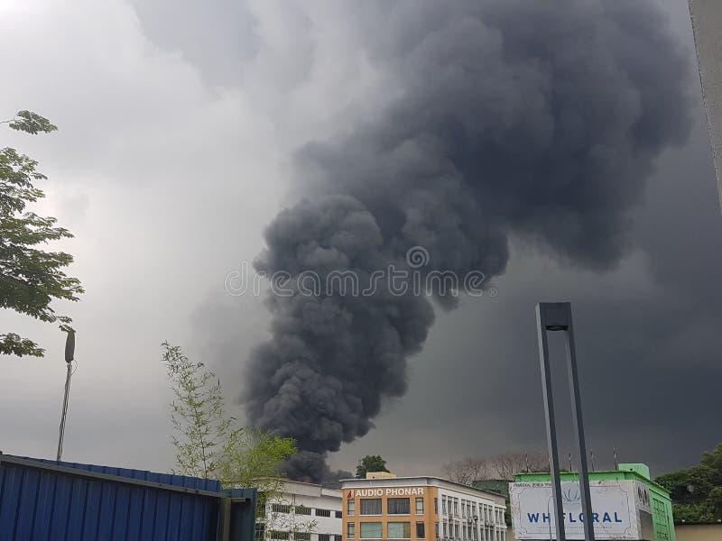 8-ое августа 2017, Sungai Buloh Selangor, Малайзия Огонь на районе фабрики стоковые фотографии rf