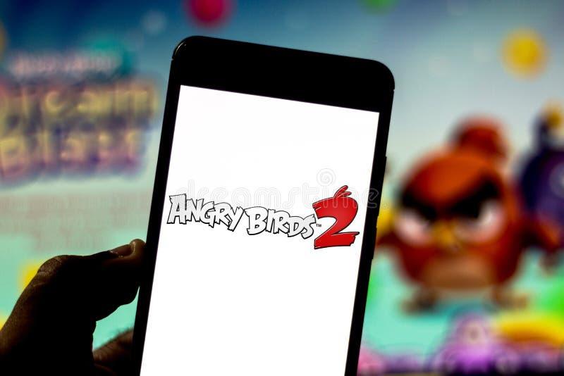 1-ое апреля 2019, Бразилия Сердитый логотип птиц 2 на экране мобильного устройства Сердитые птицы электронная начатая игра голово стоковое фото rf