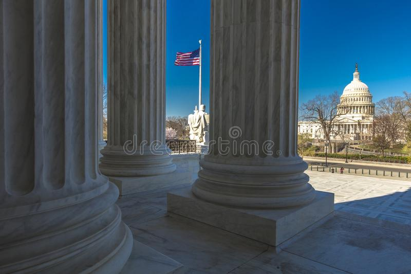 8-ОЕ АПРЕЛЯ 2018 - ВАШИНГТОН D C - Столбцы Верховного Суда предлагают взгляд США Здания, графство стоковое фото