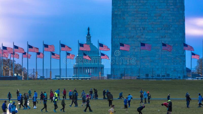 8-ОЕ АПРЕЛЯ 2018 ВАШИНГТОН D C - США сигнализируют с подрезанным взглядом памятника капитолия и Вашингтона США Избрание, правител стоковые фотографии rf