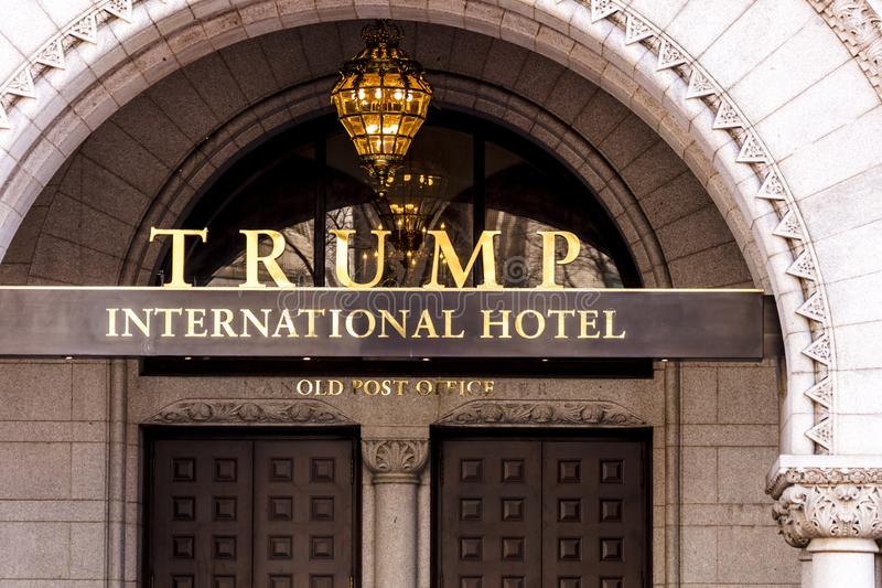 11-ое апреля 2018 - DC ВАШИНГТОНА - международный отель козыря, старый знак столба, США стоковые фото