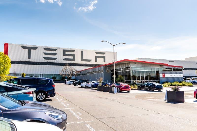 12-ое апреля 2019 Fremont/CA/США - внешний взгляд фабрики Tesla расположенный в во стоковые фотографии rf