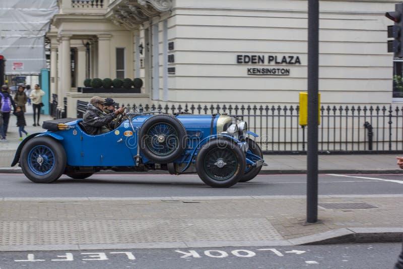 Лондон, Великобритания 12-ое апреля 2019 Улица Kensington Cabriolet античных спорт голубой На улицах Лондона вы стоковое фото rf