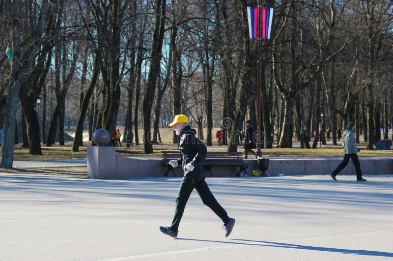 6-ое апреля 2019, Veliky Новгород, бегун человек-человека спортсмена идущий в парке, Jogging стоковые фото
