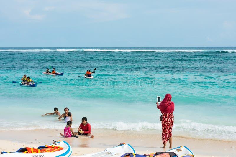 28-ое декабря 2017 - Бали, Индонезия: Люди наслаждаясь на пляже стоковые фотографии rf