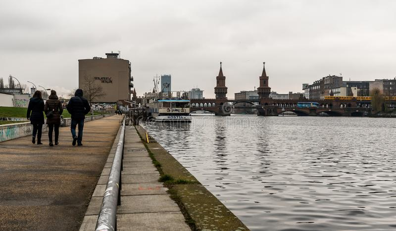 16-ое декабря 2017 Башен Близнецы Oberbaumbrucke, мост красного кирпича над оживлением реки - Kreuzberg, Берлином, Германией стоковая фотография