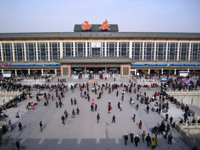 22-ое декабря 2010, вид с воздуха много пассажиров на занятом железнодорожном вокзале XI ` город от городищ XI `, Китая стоковое фото