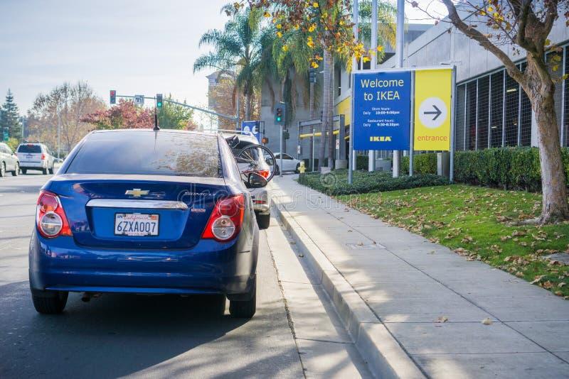 9-ое декабря 2017 восточный Пало-Альто/CA/США - автомобили ждать в линии для того чтобы вписать парковку IKEA; Добро пожаловать к стоковое фото