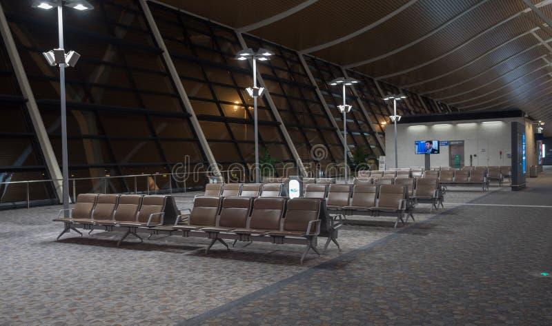 15-ое июля 2018 Авиапорт Пудуна, Шанхай, Китай Свободные места bench в зале авиапорта около строба отклонения на стоковая фотография rf