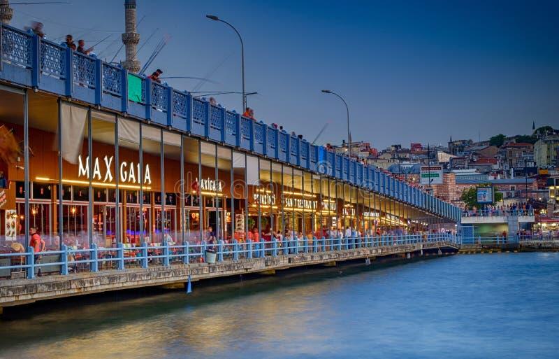 20-ое июля 2018, заход солнца в Стамбуле, Турции Взгляд моста Galata, взгляд ночи Bosphorus стоковые изображения rf
