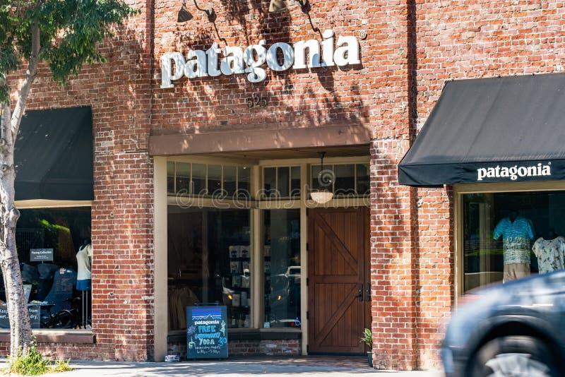 30-ое июля 2019 Пало-Альто/CA/США - вход к магазину Патагонии расположенному в городском Пало-Альто стоковая фотография rf
