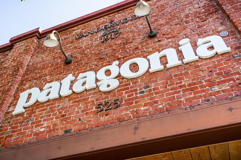 26-ое июля 2019 Пало-Альто/CA/США - знак Патагонии показанный над входом к магазину расположенному в городском Пало-Альто стоковая фотография rf