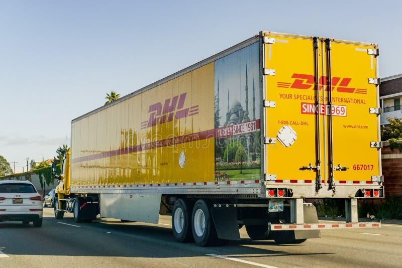 4-ое июля 2019 Сан Bruno/тележка CA/США - DHL управляя на скоростном шоссе в области San Francisco Bay стоковая фотография