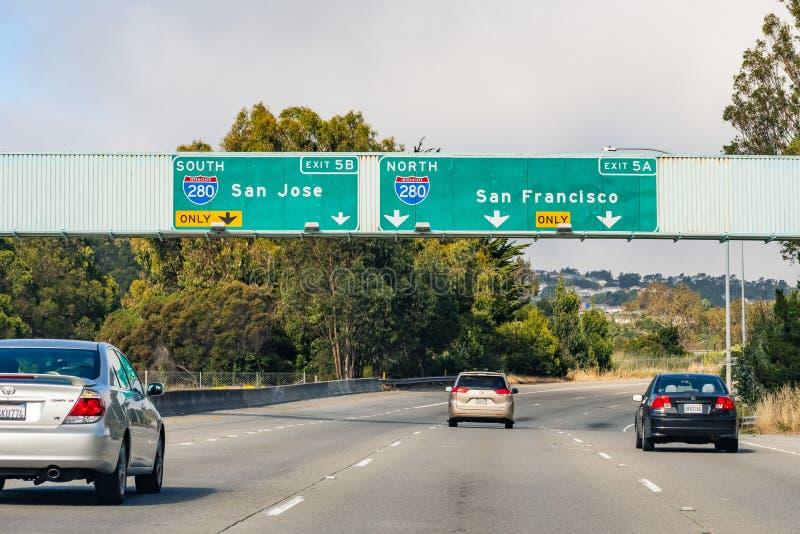 4-ое июля 2019 Сан Bruno/CA/США - путешествующ на скоростном шоссе в области San Francisco Bay; знаки сигнализируя причаливая вза стоковые фото