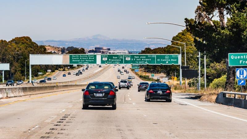 4-ое июля 2019 Сан Bruno/CA/США - путешествующ на скоростном шоссе в области San Francisco Bay; знаки сигнализируя причаливая вза стоковые изображения rf