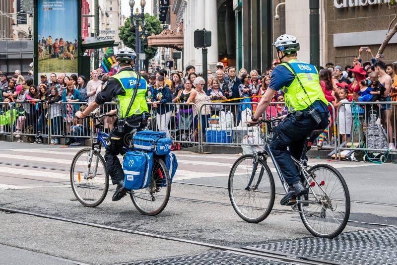 30-ое июня 2019 Сан-Франциско/CA/США - аварийный персонал EMS медицинских обслуживаний велосипед на маршруте гей-парада SF на рын стоковые изображения