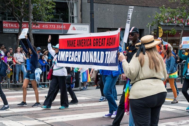30-ое июня 2019 Сан-Франциско/CA/США - участники на гей-параде 2019 Сан-Франциско нося знак с политическим стоковая фотография