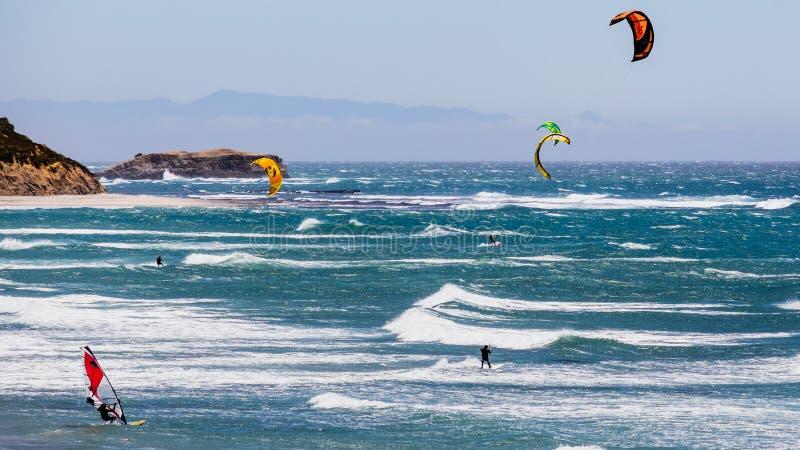 6-ое июня 2019 Davenport/CA/США - змей и ветер людей занимаясь серфингом в Тихом океане, около Santa Cruz, на солнечный и теплый  стоковое изображение