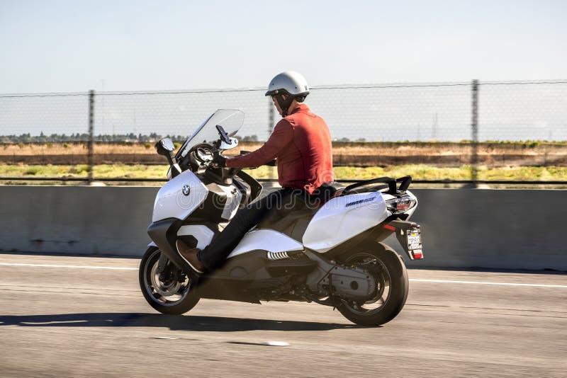 30-ое июня 2019 Redwood City/CA/США - человек путешествуя на скоростном шоссе на скутере BMW C650 GT макси стоковое фото