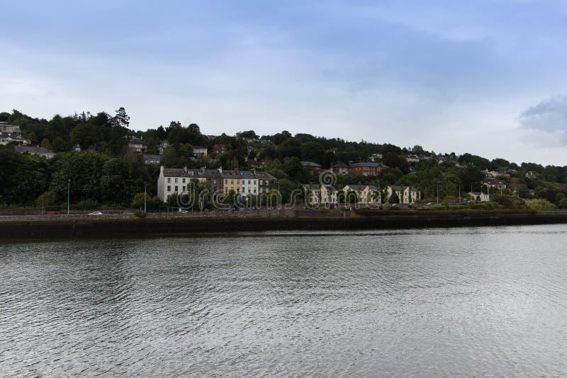 29-ое июля 2017, пробочка, Ирландия - взгляд более низкой дороги Glanmire с другой стороны реки Ли стоковое изображение