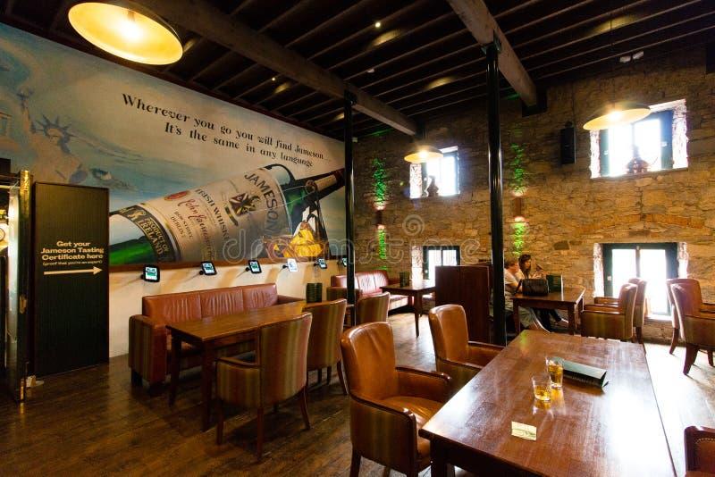 29-ое июля 2017, прогулка дистилляторов, Midleton, пробочка Co, Ирландия - бар внутри опыта Jameson стоковое фото