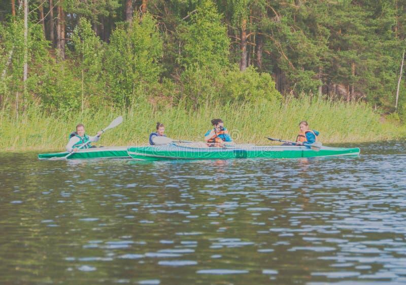 15-ое июля 2017 Россия, река Vuoksi, Losevo - группа в составе peop стоковые фотографии rf