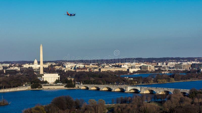 26-ОЕ МАРТА 2018 - АРЛИНГТОН, VA - МЫТЬЕ D C - Вид с воздуха Вашингтона d C от верхней части городка Городской пейзаж, положения стоковая фотография rf
