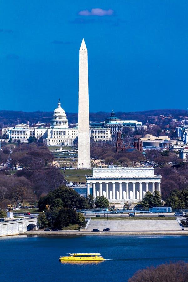 26-ОЕ МАРТА 2018 - АРЛИНГТОН, VA - МЫТЬЕ D C - Вид с воздуха Вашингтона d C от верхней части городка Арлингтон, ноча стоковое изображение