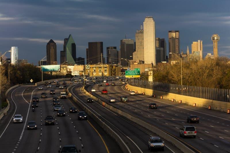 5-ое марта 2018, ГОРИЗОНТ ТЕХАС ДАЛЛАСА, и скоростное шоссе Тома Landry, с исчерченными светами на межгосударственные 30 Скорость стоковые фотографии rf