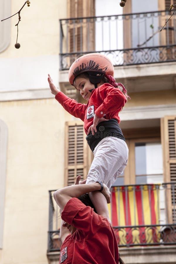 22-ое марта 2015 Маленькая девочка на верхней части человеческого замка castellers стоковая фотография rf