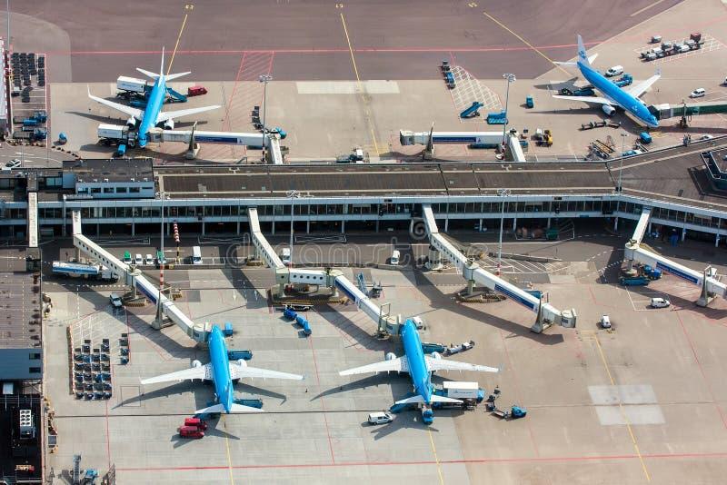 11-ое мая 2011, Амстердам, Нидерланды Вид с воздуха авиапорта Schiphol Амстердама с самолетами от KLM стоковые изображения rf
