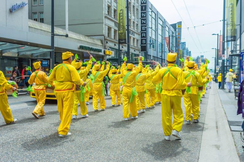 12-ое мая 2019 - Ванкувер, Канада: Члены Falun Dafa в параде на улице Granville в Ванкувере на День матери 2019 стоковое фото