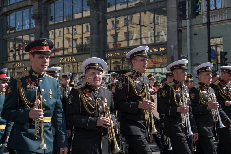 9-ое мая 2019, Россия, Санкт-Петербург Музыканты военного оркестра на празднике дня победы в России Национальное действие стоковое изображение rf