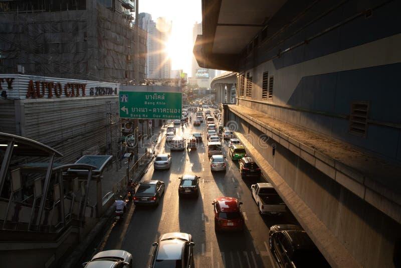 19-ое ноября 2018 - Бангкок ТАИЛАНД - дорога с взглядом автомобилей от моста с небоскребами и захода солнца в переднем плане в Ба стоковая фотография