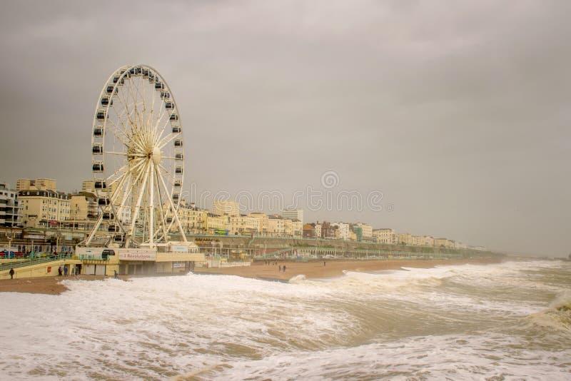 29-ое ноября 2015, Брайтон, Великобритания, шторм Desmond посылает волны вверх по пляжу к большому колесу на прогулке стоковое изображение rf
