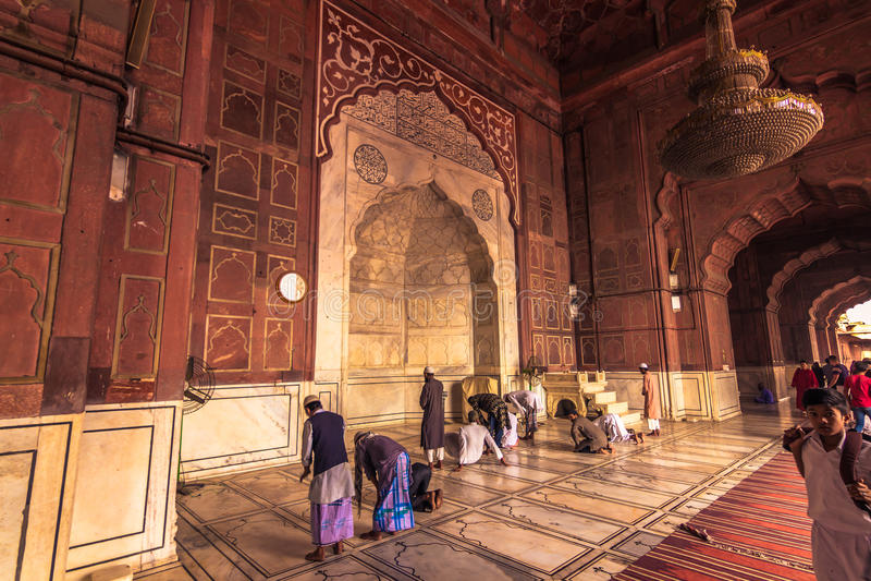 28-ое октября 2014: Мусульмане моля в мечети Jama Masjid в n стоковая фотография rf