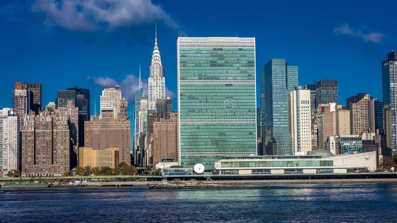 24-ое октября 2016 - НЬЮ-ЙОРК - горизонт центра города Манхаттана увиденный от Ист-Ривер показывая здание Крайслера и объединенны стоковое изображение rf