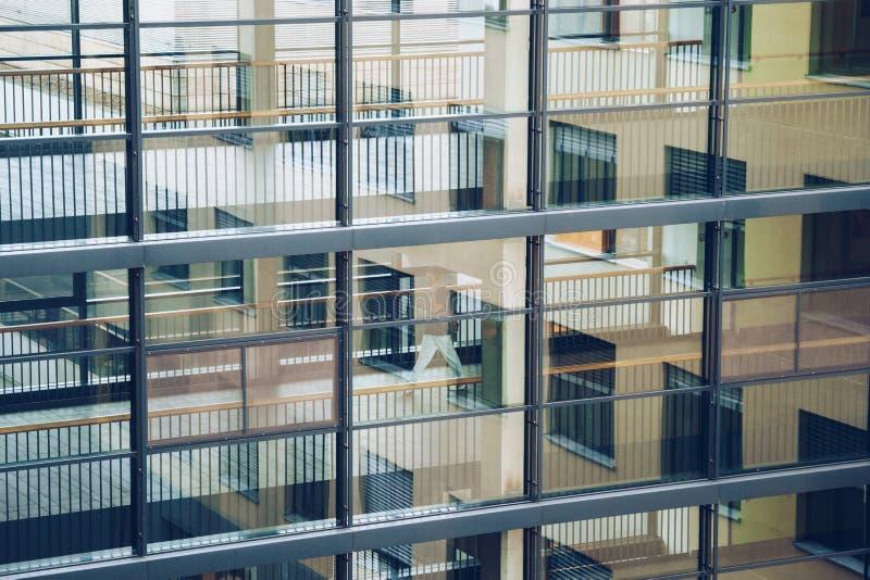 19-ое октября 2018 Helios Klinikum Крефельд Германии Прогулка доктора доктора двигая вдоль коридора между станциями клиники на по стоковое фото rf