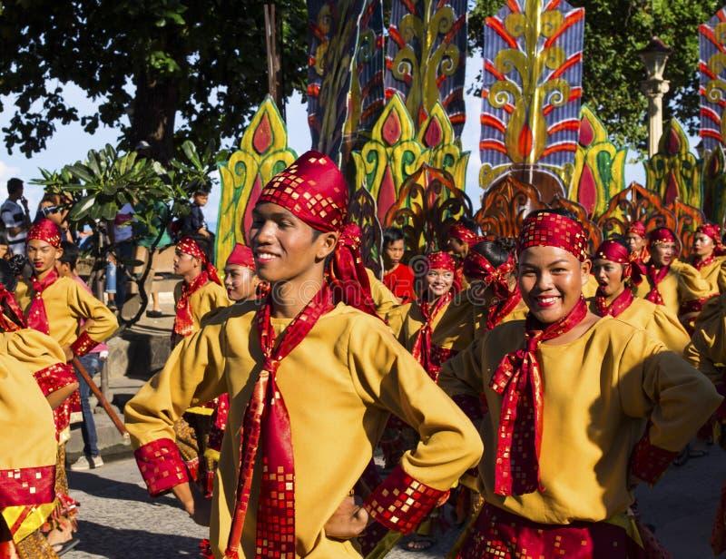 16-ое сентября 2017, Dumaguete, Филиппины - усмехаясь дети участвуя в улице костюмируют парад Мальчик в национальном костюме стоковые фото