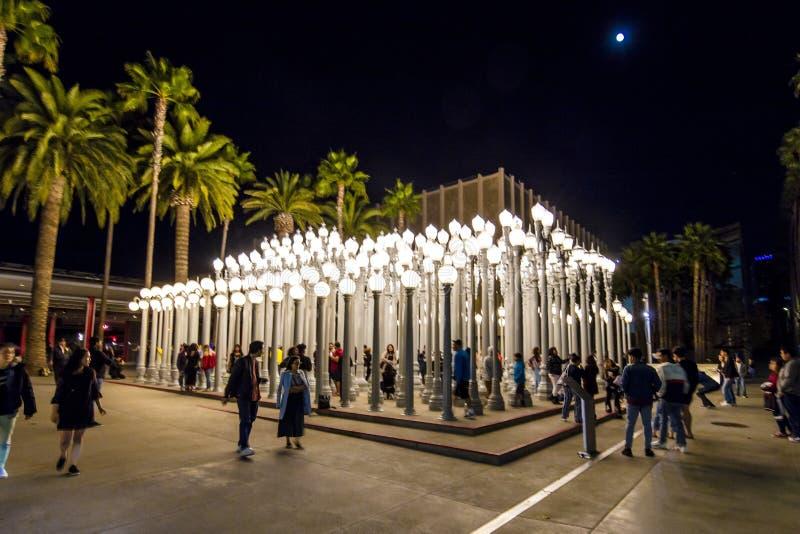 2-ОЕ ФЕВРАЛЯ 2019 - ЛОС-АНДЖЕЛЕС, CA, США - городское светлое общественное искусство на бульваре Wilshire видит в strom дождя на  стоковые изображения rf