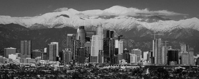 6-ОЕ ФЕВРАЛЯ 2019 - ЛОС-АНДЖЕЛЕС, CA, США - город Анджелес - горизонта Лос-Анджелеса обрамленных горами Сан Bernadino и ба держат стоковая фотография rf