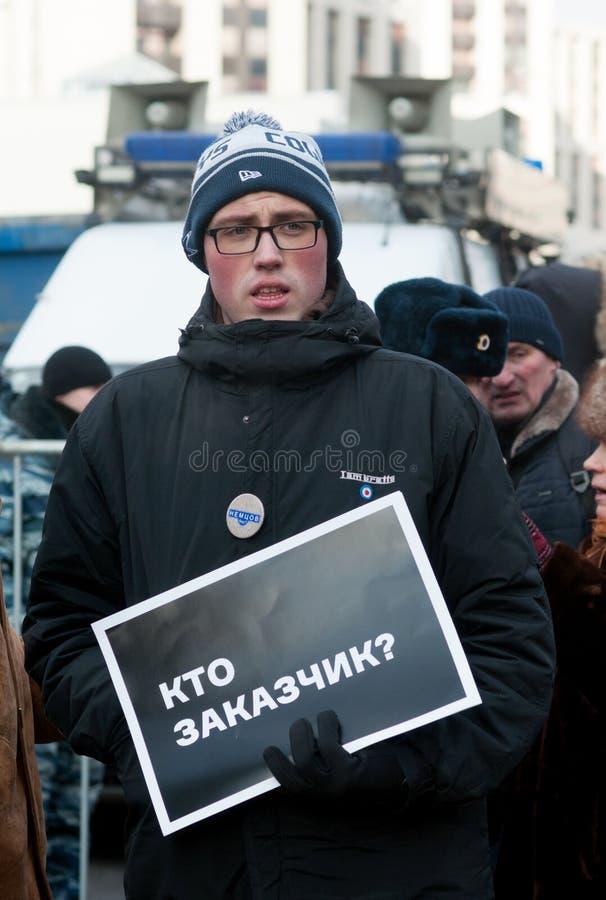 25-ОЕ ФЕВРАЛЯ 2018, МОСКВА, РОССИЯ Молодой человек держа плакат внутри стоковая фотография