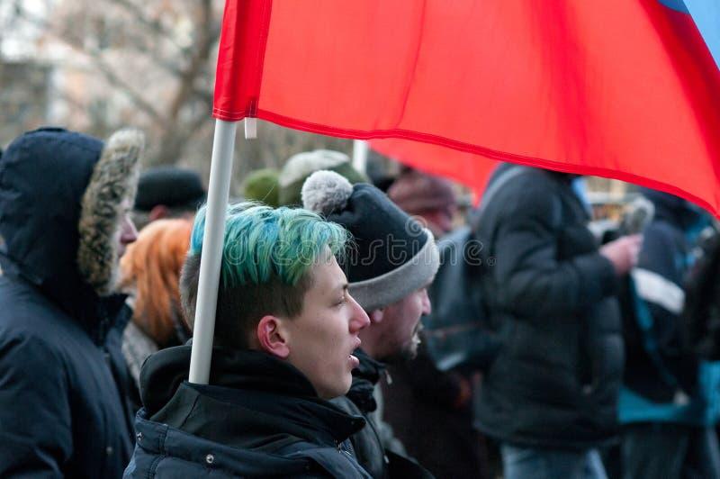25-ОЕ ФЕВРАЛЯ 2018, МОСКВА, РОССИЯ Молодой человек держа флаг в th стоковое фото