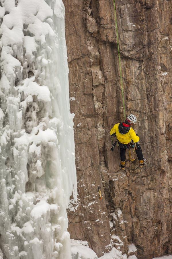 19-ОЕ ФЕВРАЛЯ 2019, OURAY КОЛОРАДО США - альпинист льда в Ouray Колорадо взбирается лед зимы стоковые фото