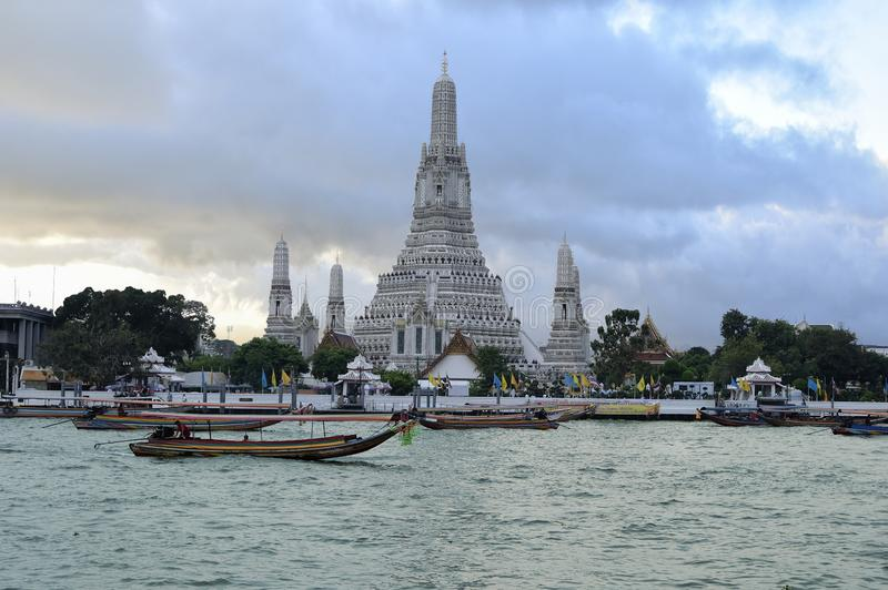 2-ое января 2019 БАНГКОК ТАИЛАНД: Городской пейзаж Wat Arun будет среди самое лучшее известное ориентиров Таиланда стоковая фотография rf