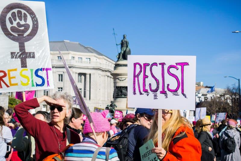 20-ое января 2018 Сан-Франциско/CA/США - сопротивляйтесь знакам снесенным на ` s март женщин стоковое изображение