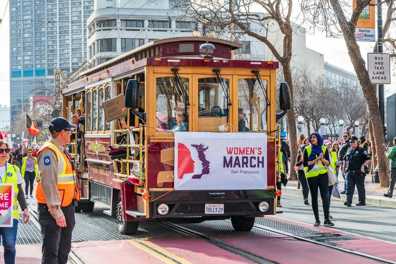 19-ое января 2019 Сан-Франциско/CA/США - старая вагонетка вина носит участников до марта женщин на улице рынка стоковое изображение